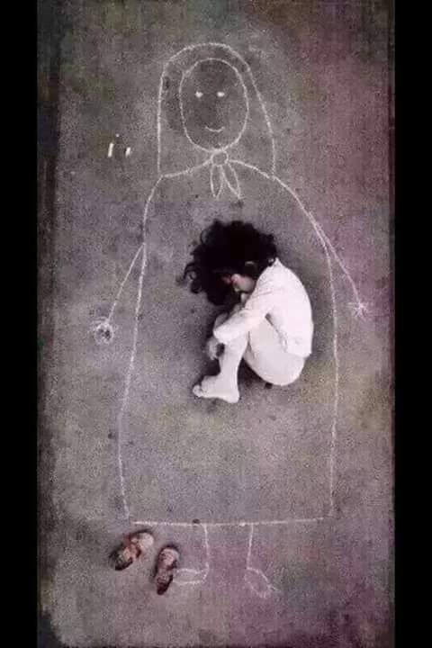 niña buscando a mamá